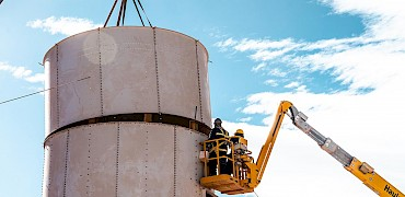 { Agglomeration plant: Cement silo installation work }