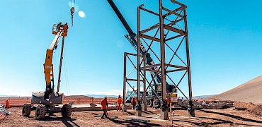 { Tertiary crusher: Ore transfer tower No 2 structure installation work }